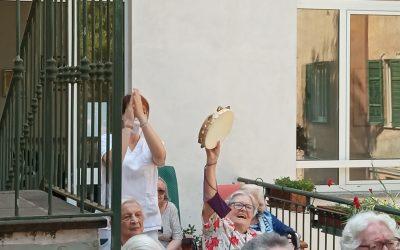 Ritornano i musicisti Giorgio e Sergio ad allietare la mattina degli anziani alla Fondazione Madonna della Bomba Scalabrini.